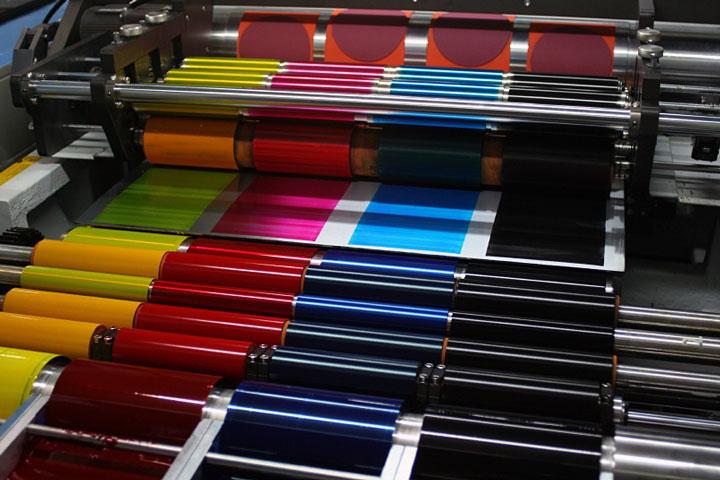 O jateamento com gelo seco melhora a qualidade da impressão ao mesmo tempo que reduz o tempo de interrupções e refugos