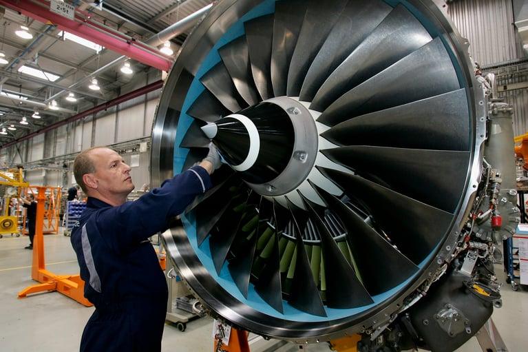 É possível limpar o motor de um avião com jateamento de gelo seco?