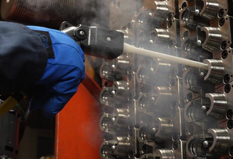 Moldador automotivo reduz o tempo de limpeza em 75% com jateamento de gelo seco